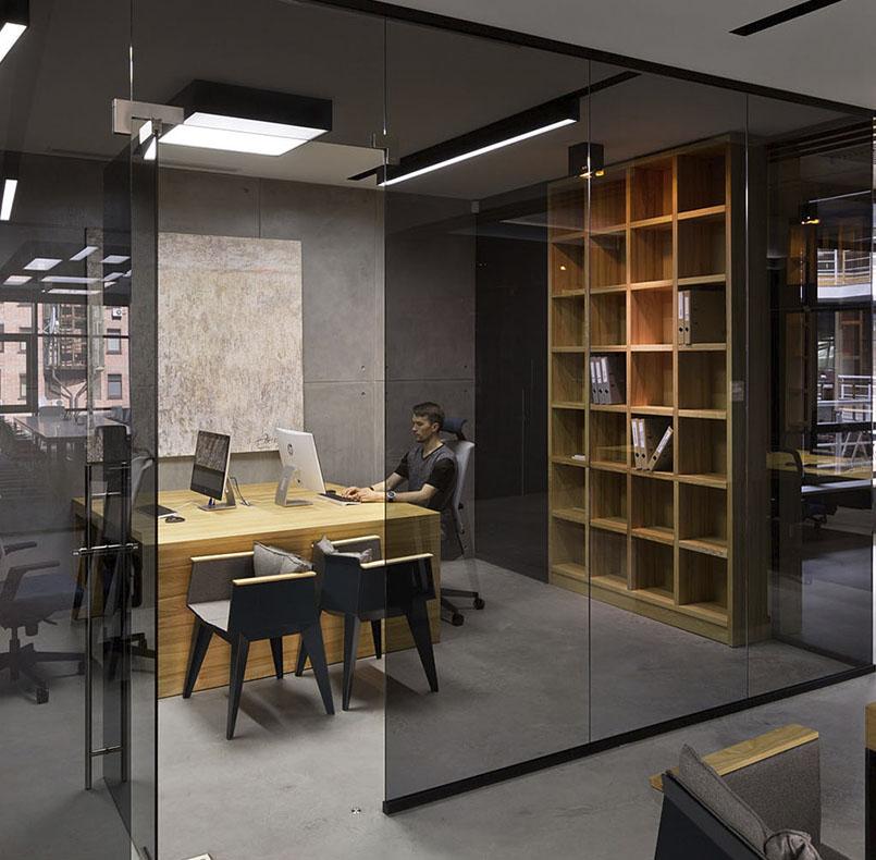 библиотека и стол из массива ясеня для проекта студии www.incubedesign.com