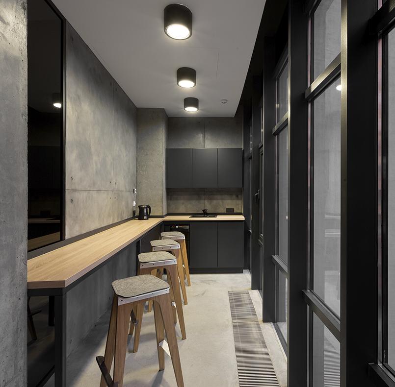 кухня МДФ с барной стойкой для проекта студии www.incubedesign.com