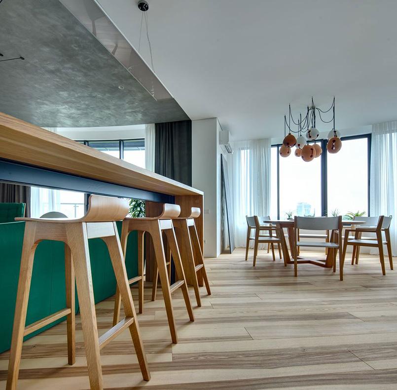 стулья пл01-2, круглый стол и барная стойка из массива дуба в ЖК Скайлайн