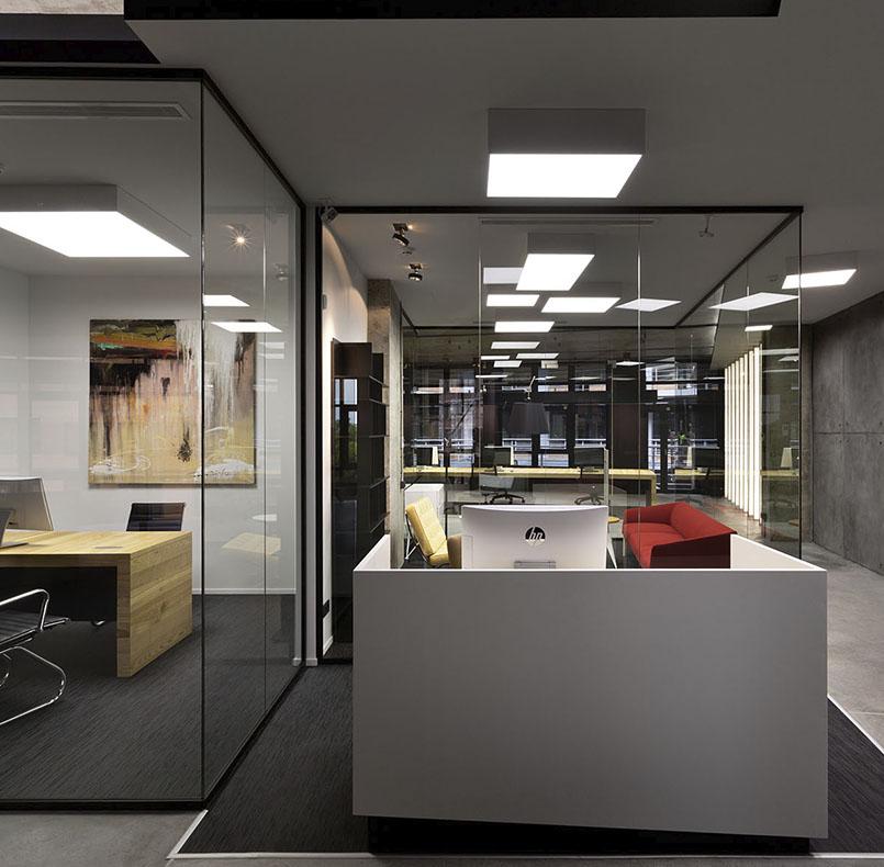 IT офис от студии www.incubedesign.com, ресешпн МДФ и столы из ясеня