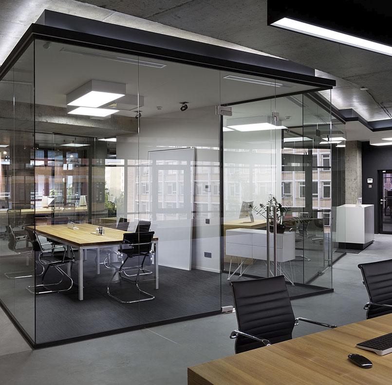 IT офис от студии www.incubedesign.com, стол переговоров из ясеня и металла