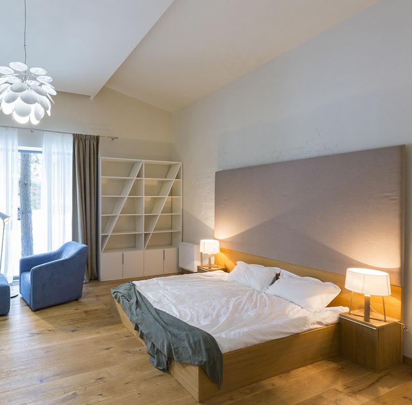 кровать и тумбы из шпона, изголовье из шпона и мягкой части, стеллаж и кресло, коттедж в Good Life Park